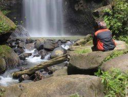 The cool wind blown spray of Tunan waterfall