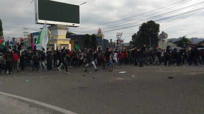 FOTO: Ricuh saat unjuk rasa tolak Omnibus Law di Gorontalo