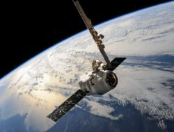 Berapa banyak satelit yang mengelilingi bumi?