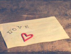 Siapa bilang menulis surat cinta itu kuno? Klasik namun ampuh kembalikan kemesraan