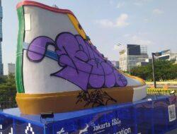 Tugu sepatu raksasa di Kawasan Sudirman jadi sasaran vandalisme