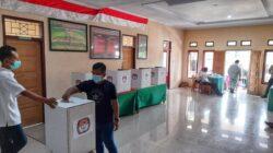 Gunakan hak pilih di Pilkades Bolmut, warga tetap pakai masker