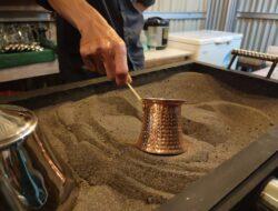 Seruput kopi hasil olahan ibrik dan pasir hitam vulkanik di Kota Cakalang