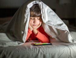 Benarkah lama waktu bersama gadget tidak mempengaruhi kehidupan sosial anak?